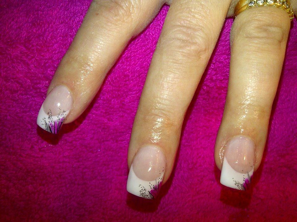 uñas francesas blancas con decorado rosa y negro