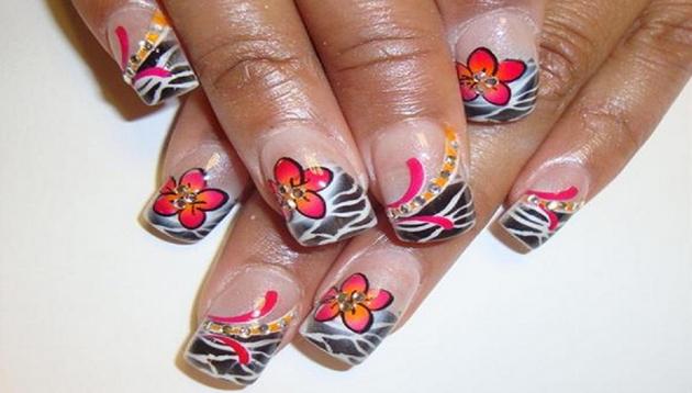 Flores en uñas naturales