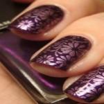 flores uñas moradas