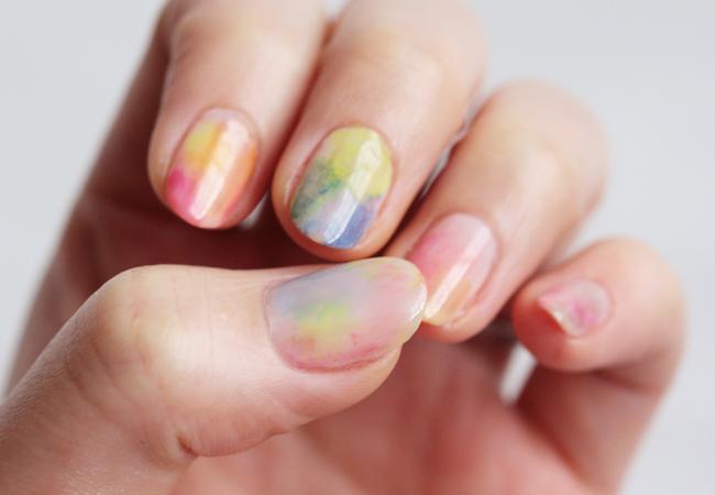 pintar uñas al agua