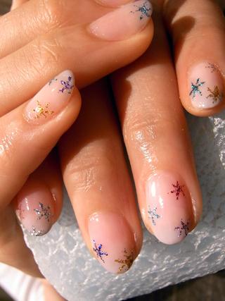 pintar uñas con pequeñas estrellas