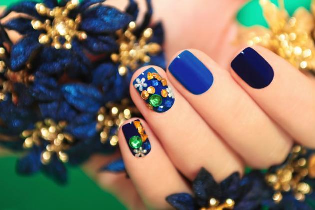 uñas con piedras de color