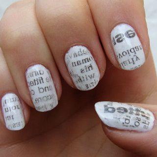 uñas decoradas con periodico